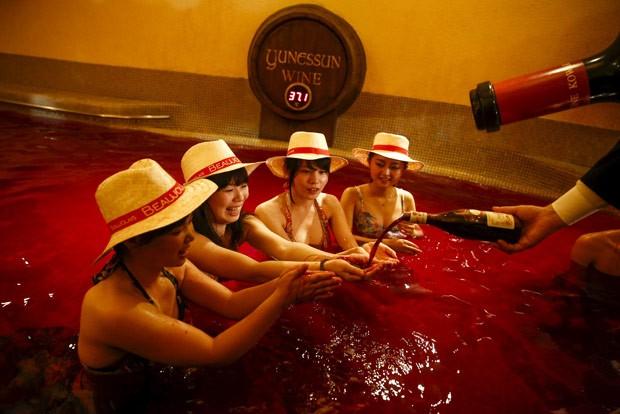 Turistas 'mergulham' em piscina de vinho no Japão