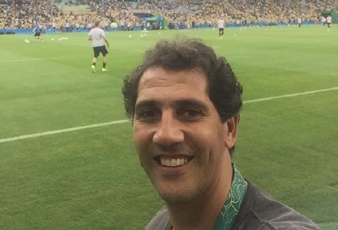 Maurício, ex-atleta de vôlei, registra momento no Maraca, próximo ao gramado (Foto: Reprodução / Instagram)