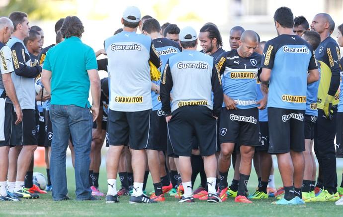 Gottardo conversa com jogadores do Botafogo (Foto: Alexandre Cassiano / Agência O Globo)