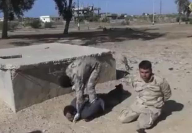 Homem não identificado aparece sendo decapitado antes do fuzilamento de soldado egípcio (Foto: Reprodução/YouTube)