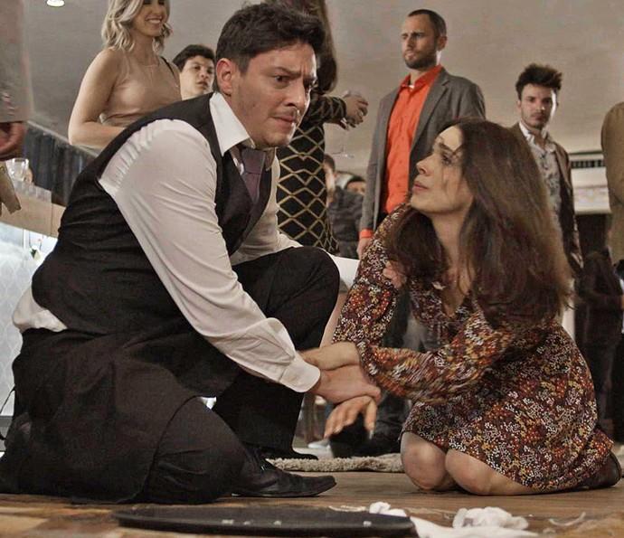 Shirlei tropeça no pé de uma amiga de Jéssica e derruba a bandeja do garçom (Foto: TV Globo)
