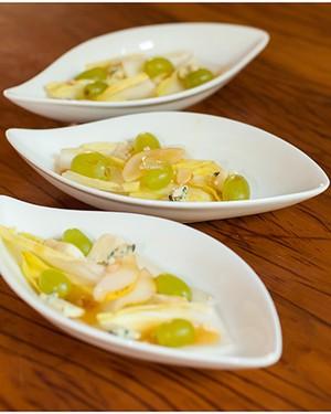 Salada de endívias, pêras, uvas e gorgonzola, receita de  Rosmary de Mello Pinho Venchiarutti (Foto: Thedy Gonçalves)