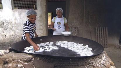 Reprise: Processos quase artesanais transformam a mandioca em produtos especiais
