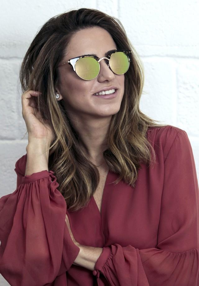 Lolita Hannud usa óculos (R$ 490) da sua parceria com a Vivara (Foto: Divulgação)