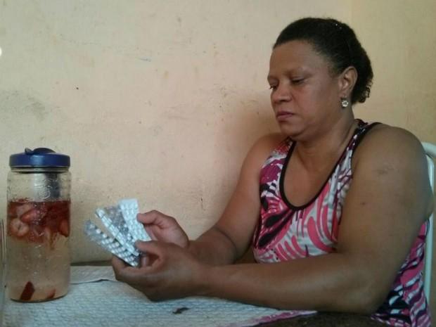 Amélia Silva ameniza efeitos da pressão alta com remédios e muita água (Foto: Cláudio Nascimento/ TV TEM)