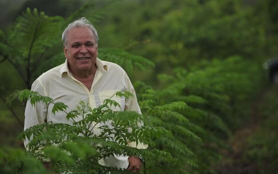 Renato Moraes de Jesus com mudas da Symbiosis (Foto: Divulgação/Symbiosis)