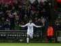 Swansea deixa lanterna com vitória em jogão de nove gols e três viradas