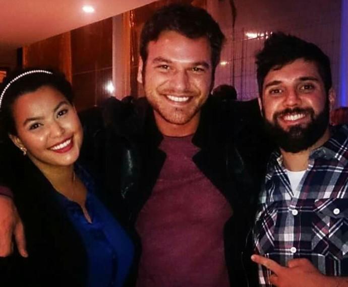 O ator posa entre Priscila e Felipe (Foto: Arquivo pessoal)