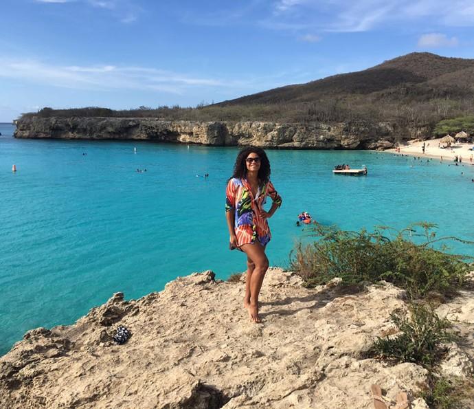 Juliana Alves se esbaldou nas águas claras de Curaçao (Foto: Arquivo pessoal)