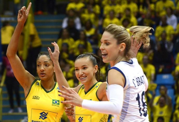 Joyce, Gabi e Camila Brait comemoram ponto do Brasil no Grand Prix (Foto: Divulgação/FIVB)
