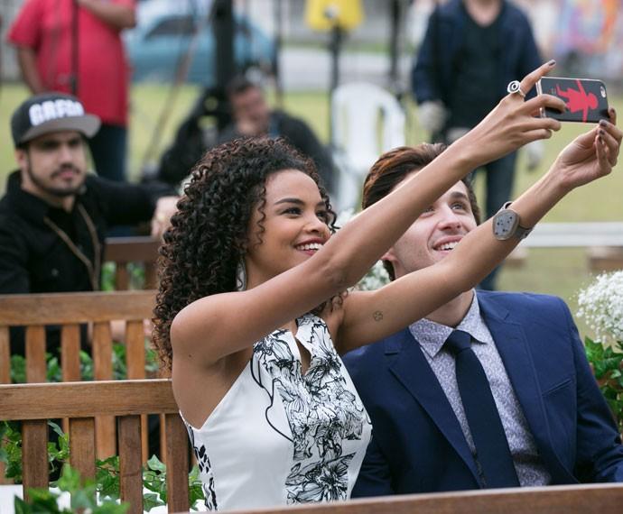 Enquanto esperam a noiva chegar, Patrícia e Lindomar aproveitam para tirar uma selfie (Foto: Isabella Pinheiro/Gshow)