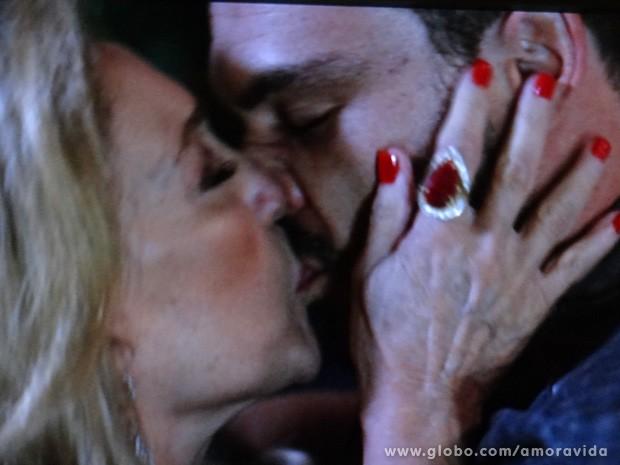 Pilar beija Maciel (Foto: Amor à Vida/TV Globo)