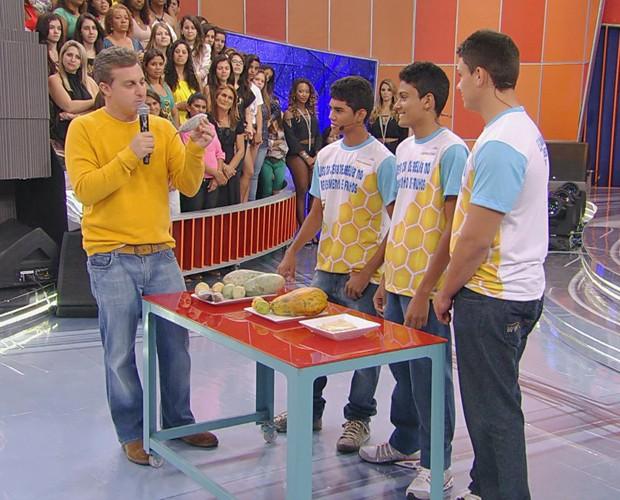 Meninos apresentam invenção para Luciano Huck (Foto: Caldeirão do Huck/TV Globo)