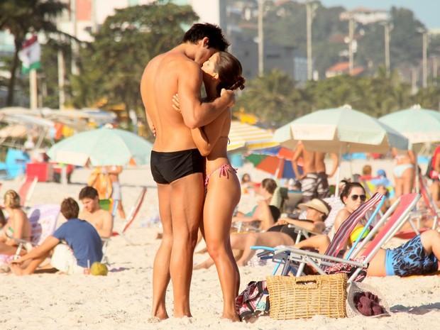 Pérola Faria na praia com o namorado (Foto: Gabriel Rangel / AgNews)