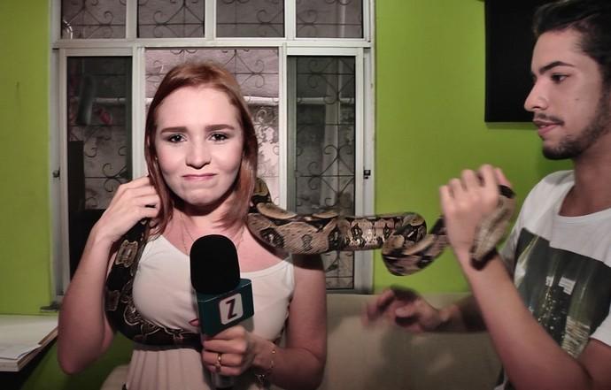 Jéssica Monteiro encara cobra (Foto: Rede Amazônica)