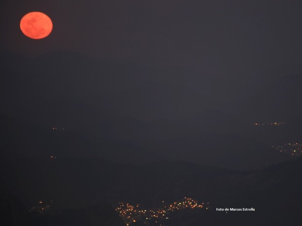 Detalhe da lua cheia avermelhada (Foto: Marcos Estrella / Globo)