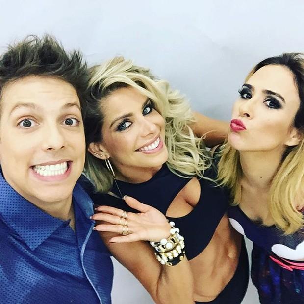 Fábio Porchat, Karina Bacchi e Tatá Werneck posam para selfie (Foto: Instagram/ Reprodução)