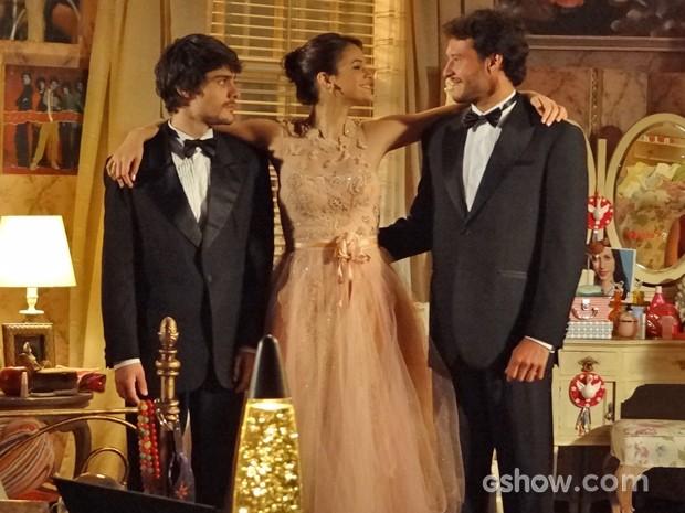 Helena fica entre Laerte e Virgílio e confessa amar os dois (Foto: Em Família/ TV Globo)