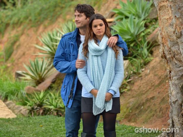 Casal passeia por lago e flautista lembra da ex (Foto: Raphael Dias/ TV Globo)
