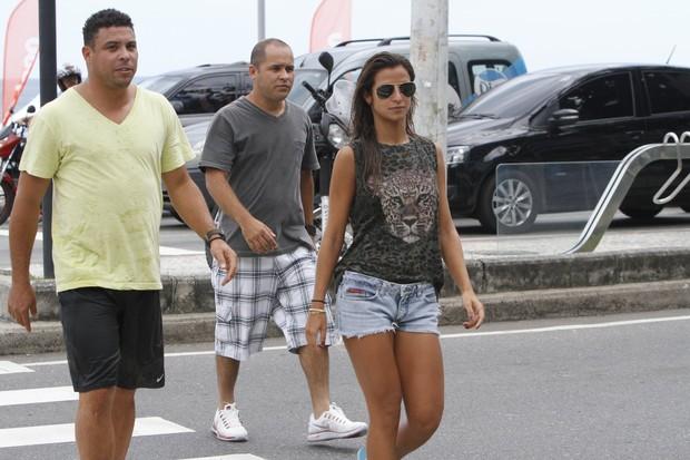 Ronaldo e Paula Moraes namoram no mar do Leblon (Foto: Gil Rodrigues /  FotoRioNews)