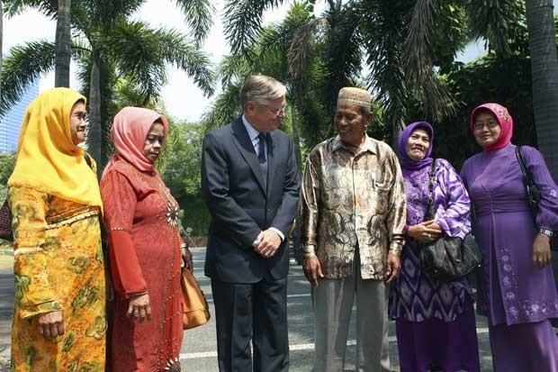 O embaixador holandês na Indonésia Tjeerd de Zwaan, é visto com alguns dos parentes de vítimas de um massacre pelas forças coloniais holandesas (Foto: Dita Alangkara/ AP)