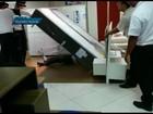 Garoto se esconde sob colchão no DF pouco antes de loja fechar; vídeo