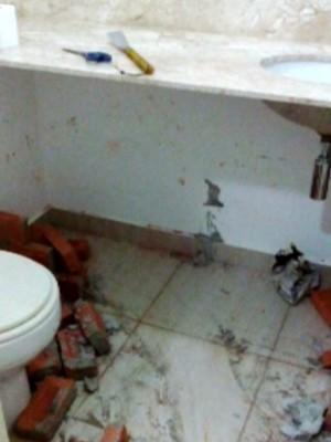 Banheiro onde urna para colocar corpo de mulher foi construída em Campinas (Foto: Reprodução / EPTV)