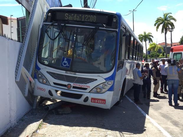 Ônibus derrubou parada de ônibus no Centro de João Pessoa (Foto: Walter Paparazzo/G1)