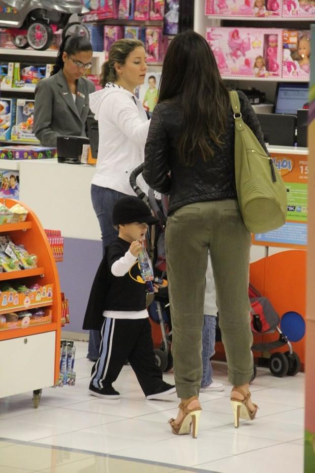 Daniele Suzuki e filho em loja de brinquedo (Foto: Marcus Pavão/AgNews)