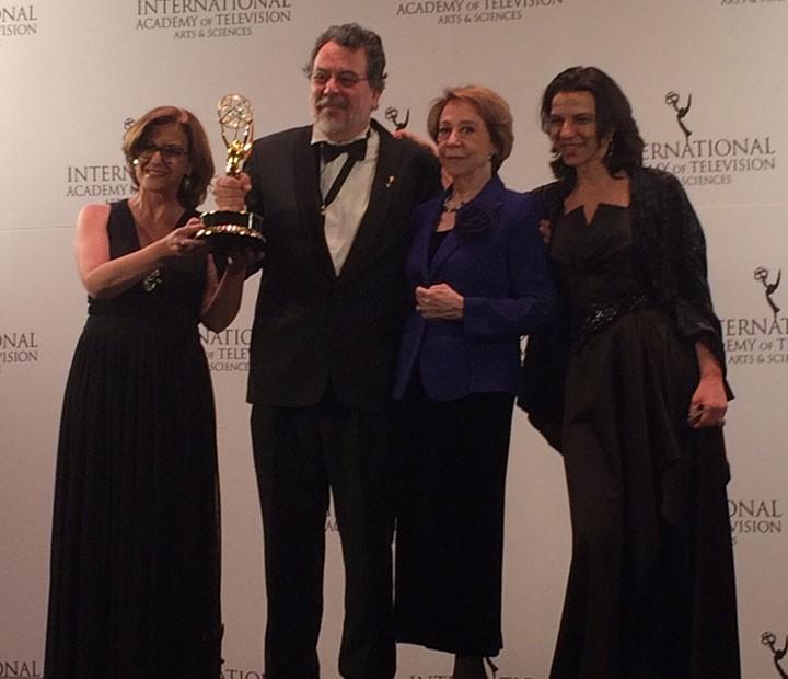 """Fernanda Montenegro e os diretores de """"Doce de Mãe' com levaram o troféu do Emmy Internacional pela série (Foto: Paula Lordello / Rede Globo)"""