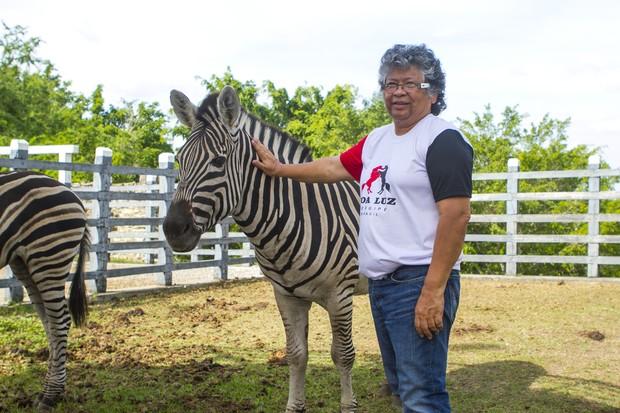 Marlene Mattos posa com os animais do hotel  (Foto: Anderson Barros/EGO)