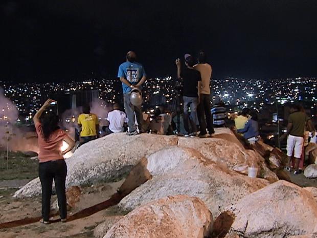 Em vista privilegiada, caruaruenses acompanharam queima no Monte Bom Jesus. (Foto: Reprodução/ TV Asa Branca)