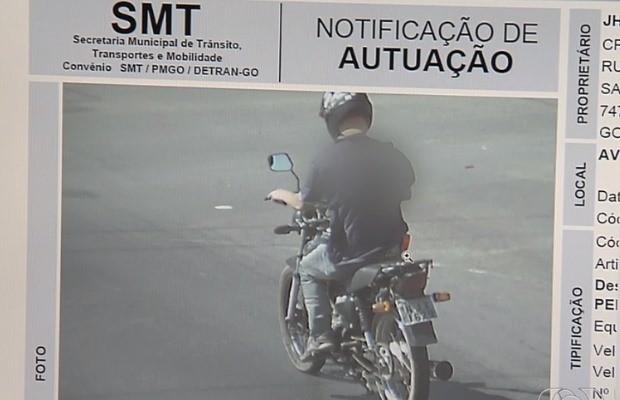 Polícia localizou Dennis após imagem de multa de trânsito em Goiânia, Goiás (Foto: Reprodução/ TV Anhanguera)