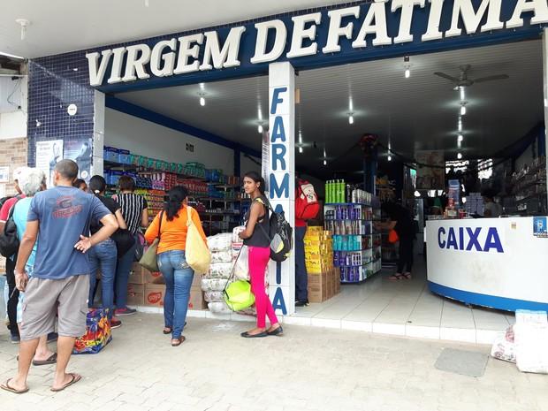 Farmácia no Centro de Pacaraim agora vende fardos de arroz, macarrão, óleo, açúcar e margarina (Foto: Emily Costa/ G1 RR)
