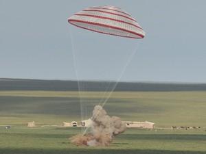Cápsula espacial chinesa Shenzhou-10 retorna à terra e pousa na Mongólia. (Foto: Xinhua,Ren Junchua/AP)