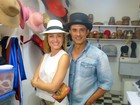Angélica e Marcos Pasquim visitam ateliê e se divertem com chapéus