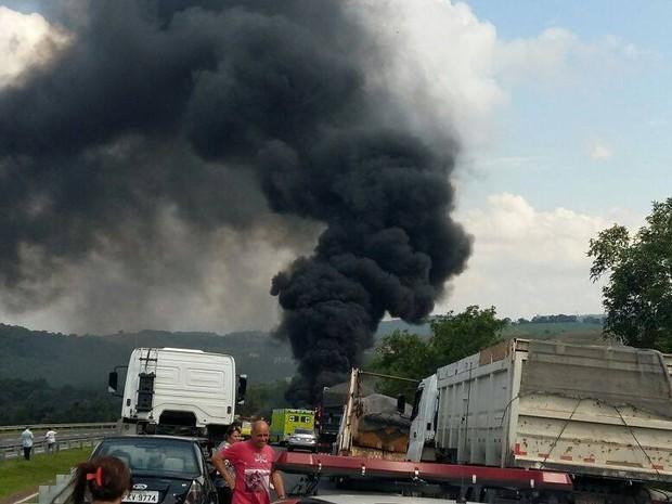 Fumaça pôde ser vista de longe pelos motoristas  (Foto: Jornal da Região)