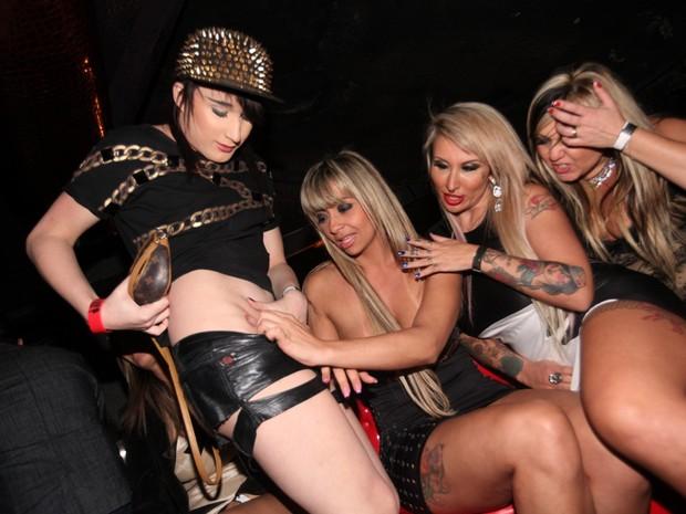 big brother sexo mulheres de mini saia