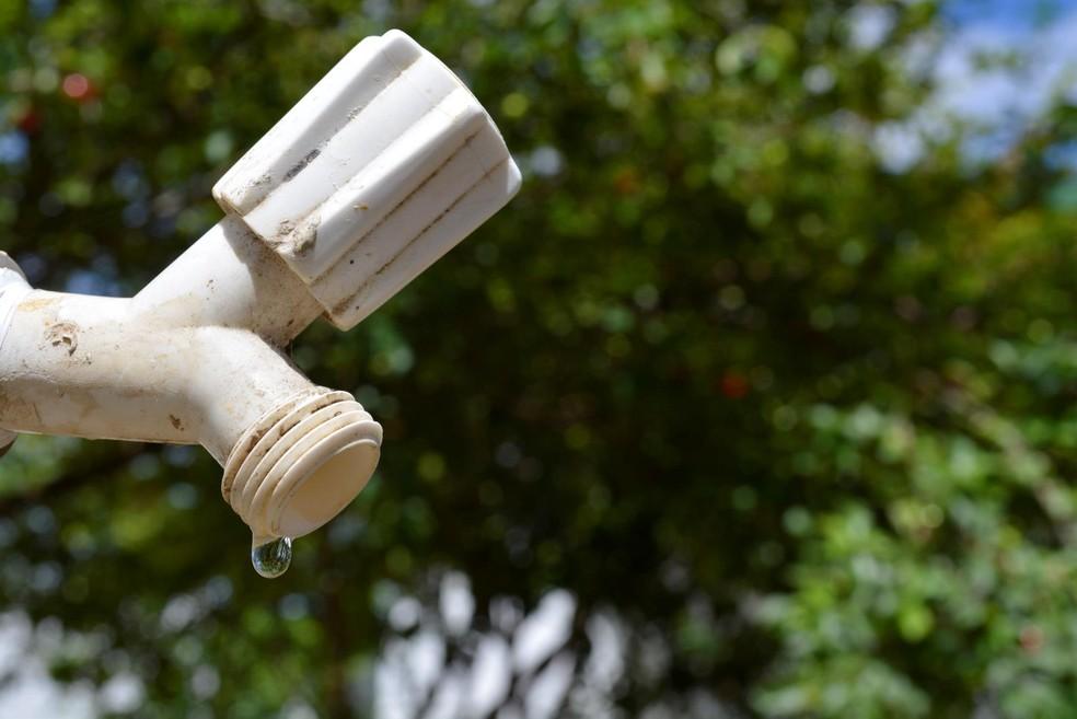 Empresa pede para modadores economizarem água em Ariquemes (Foto: Jeferson Carlos/G1)
