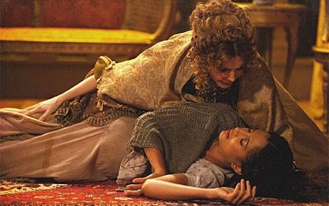 Isabel sente fortes dores e desmaia no teatro (Lado a Lado/TV Globo)