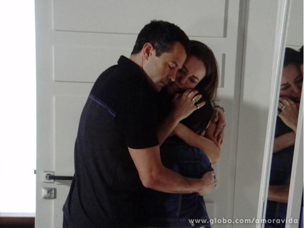 Agoniada, Paloma abraça os dois (Foto: Amor à Vida / TV Globo)