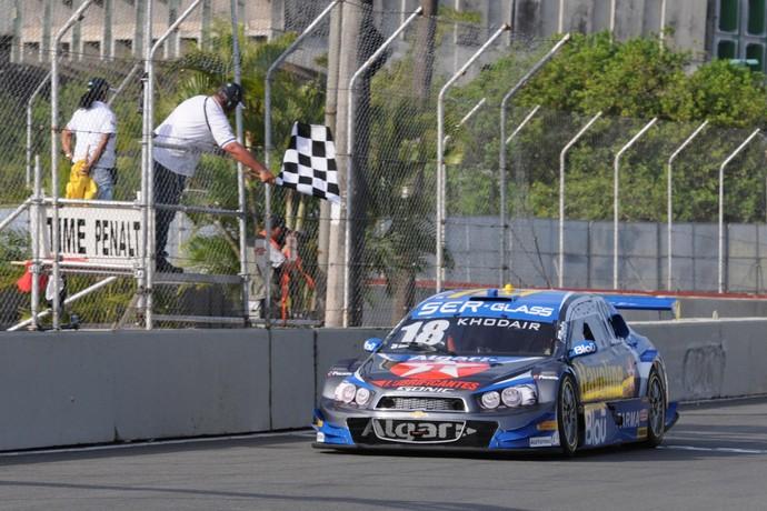 Allam Khodair recebe a bandeirada pela vitória na corrida 1 da Stock Car em Salvador (Foto: Fernanda Freixosa / Divulgação)