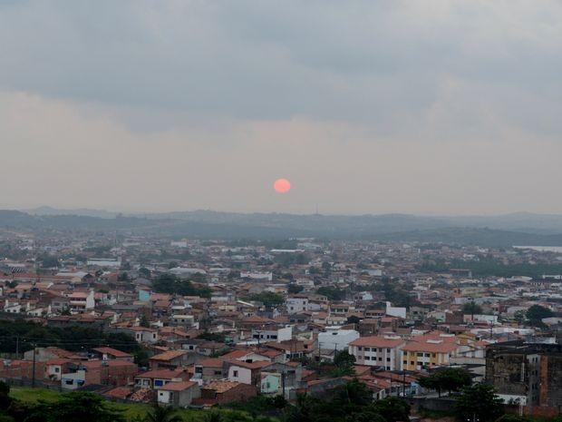 O primeiro pôr do sol da primavera em Aracaju teve um atrativo especial. Nesta terça-feira (23), por volta das 17h, o sol apareceu de cor avermelhada no céu cinzento e nublado. A cena chamou a atenção, pois normalmente o céu fica com tons de laranja e o s (Foto: Marina Fontenele/G1)