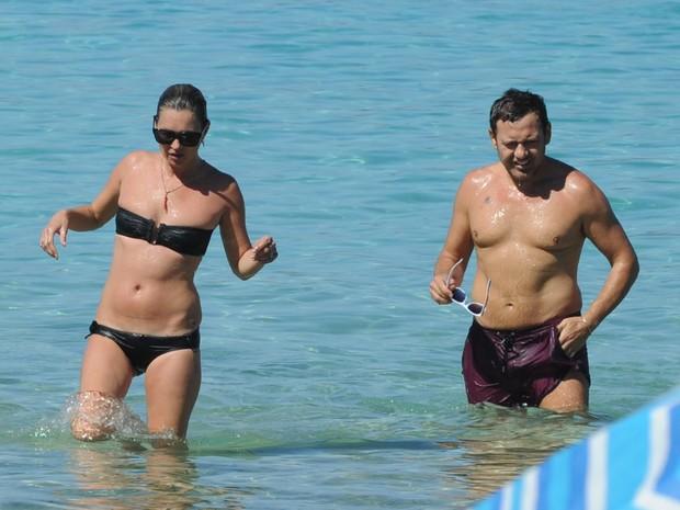 Kate Moss na praia de Cala Bassa, em Ibiza (Foto: AKM-GSI Brasil/ Agência)