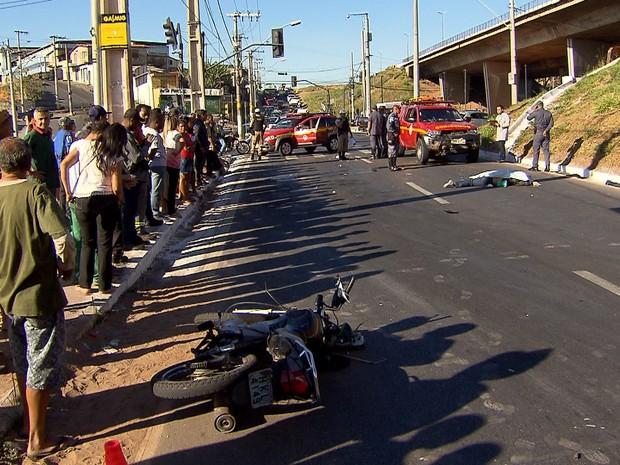 Acidente entre moto e carro dos bombeiros causa uma morte em Belo Horizonte (Foto: Reprodução/TV Globo)