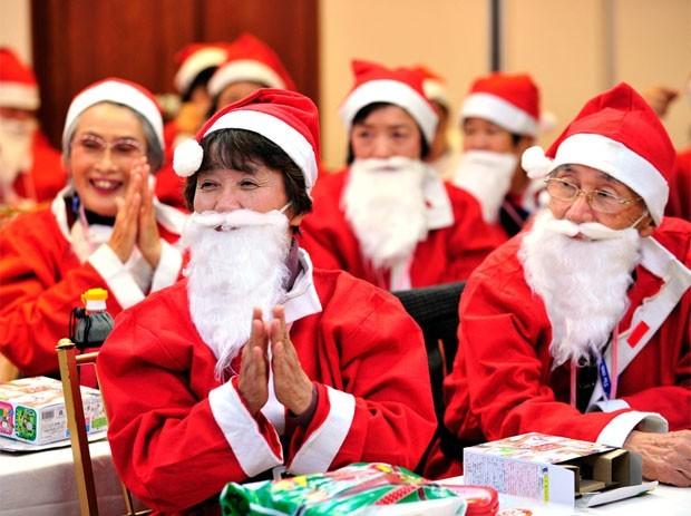 A Santa Claus Academy, em Tóquio, treina Papais Noéis no Japão. O curso intensivo ensina como se comportar como o 'Santa-san', a maneira como o velhinho de roupa vermelha é conhecido no Japão. No treinamento, os aprendizes também aprendem a responder às perguntas difíceis que as crianças têm o hábito de fazer (Foto: Yoshikazu Tsuno/AFP)