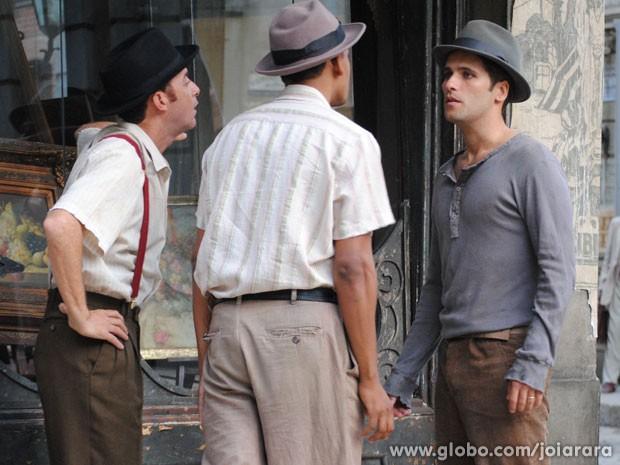 Operários implicam com Franz na saída da fábrica e tentam socá-lo (Foto: Joia Rara/ TV Globo)