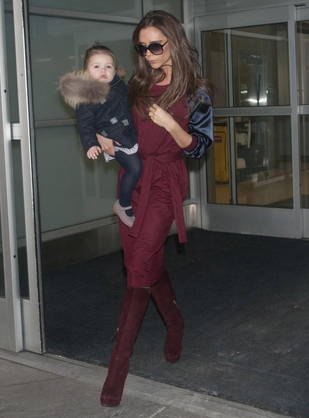 Victoria Beckham chega a Nova York com a filha, Harper, no colo (Foto: Getty Images)