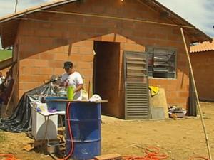 Moradores improvisaram cozinha na frente dos imóveis (Foto: Reprodução/TV TEM)