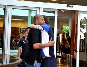 Adriano visita jogadores da Itália no hotel (Foto: Tatiana Michels)